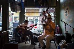 Banda de jazz que joga em Cat Music Club manchada na cidade de Nova Orleães, Louisiana foto de stock royalty free