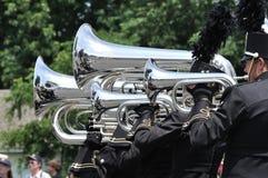 Banda de la High School secundaria que se realiza en desfile Foto de archivo libre de regalías