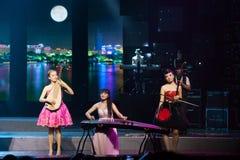 Banda de la muchacha con los instrumentos populares chinos Imagen de archivo