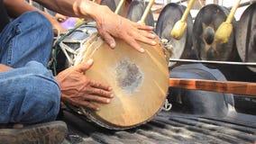Banda de los hombres tailandeses que tocan los instrumentoes de percusión tradicionales incluyendo gongos y un tambor largo de la almacen de metraje de vídeo