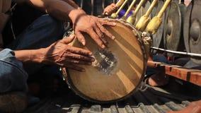 Banda de los hombres tailandeses que tocan los instrumentoes de percusión tradicionales incluyendo gongos y un tambor largo de la almacen de video