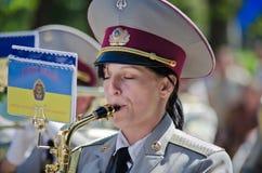 Banda de metales militar. Saxofón femenino, ejecutante Fotos de archivo