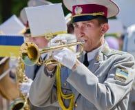Banda de metales militar. Un hombre que toca la trompeta Fotos de archivo