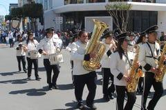 Banda de metales que marcha a lo largo de la calle fotografía de archivo libre de regalías