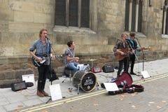 Banda de rock busking en la calle principal Imagen de archivo