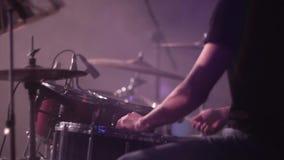 Banda de rock del concierto que se realiza en etapa redoblante almacen de metraje de vídeo