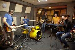 Banda de rock en estudio. la alegría de la creación Fotos de archivo libres de regalías