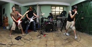 Banda de rock en garage Fotografía de archivo