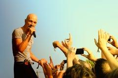 Banda de rock de James British del funcionamiento de Manchester en el festival de la BOLA imagen de archivo