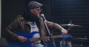 Banda de rock que adapta sus instrumentos detrás de las escenas metrajes