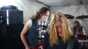 Banda de rock que juega el heavy en el estudio almacen de video