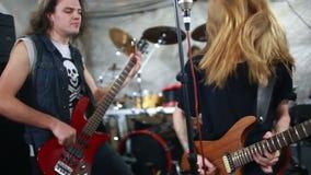 Banda de rock que juega el heavy en el estudio almacen de metraje de vídeo