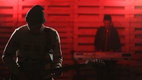 Banda de rock que realiza música en etapa almacen de video