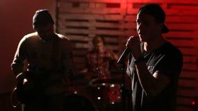 Banda de rock que se realiza en etapa iluminada metrajes