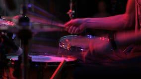Banda de rock que se realiza en un club nocturno almacen de metraje de vídeo