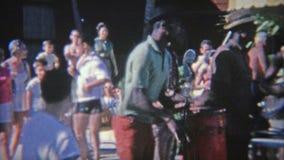 1956: Banda del Caribe de la calle que juega para las extremidades de los turistas Miami, la Florida metrajes