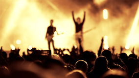 Banda del chitarrista della roccia sulla manifestazione di musica in diretta dell'aria aperta stock footage