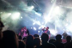 Banda del cuñete en la iluminación del concierto Fotos de archivo libres de regalías