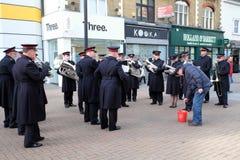 Banda del Ejército de Salvamento en la calle principal de Croydon, Reino Unido fotos de archivo libres de regalías