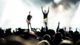 Banda del guitarrista de la roca en la demostración de la música en directo del aire abierto almacen de video