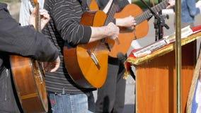 Banda del músico de la calle que juega en las guitarras acústicas Cámara lenta almacen de video