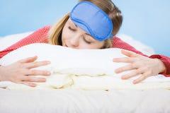 Banda del ojo el dormir de la mujer que lleva joven en cama Imagen de archivo libre de regalías