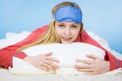 Banda del ojo el dormir de la mujer que lleva joven en cama Fotografía de archivo libre de regalías