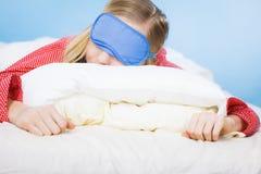 Banda del ojo el dormir de la mujer que lleva joven en cama Imágenes de archivo libres de regalías