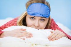 Banda del ojo el dormir de la mujer que lleva joven en cama Fotografía de archivo