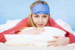 Banda del ojo el dormir de la mujer que lleva joven en cama Imagen de archivo