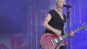 Banda del rotolo del ` del ` n della roccia la donna con una chitarra che canta in scena - la Russia Berezniki il 14 luglio 2018 stock footage