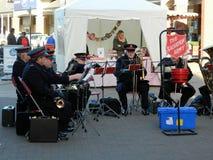 Banda dell'esercito della salvezza che gioca in Staines in Middlesex Fotografia Stock Libera da Diritti