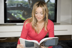 Banda desenhada da leitura em seu plano Fotografia de Stock