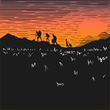 Banda desenhada Turistas em montanhas da escalada da noite Por do sol Silhuetas dos povos na perspectiva do céu alaranjado Imagens de Stock Royalty Free