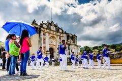 Banda di festa dell'indipendenza fuori della chiesa del villaggio, Guatemala Fotografia Stock