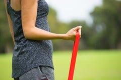 Banda di forma fisica di allungamento della giovane donna all'aperto Fotografie Stock