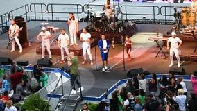 Banda di Gente de Zona che canta Macarena, mentre il pubblico balla in un festival di sette mari a Seaworld video d archivio