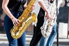 Banda di jazz di giovani musicisti con i sassofoni che eseguono durante la m. immagini stock