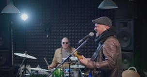 Banda di musica che prova nuova canzone stock footage