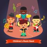 Banda di musica dei bambini che gioca e che canta in scena Immagini Stock Libere da Diritti