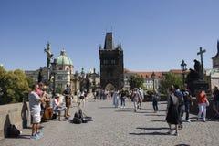 Banda di musica della gente della Cechia che gioca musica per la manifestazione su Charles Bridge p Fotografie Stock Libere da Diritti