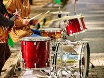 Banda di musica di festival Amici che giocano sul parco della città degli strumenti di percussione Fotografia Stock