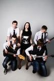Banda di musica in studio Musicisti e solista della donna che posa sopra il whi Immagini Stock