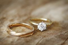 Banda di nozze e dell'anello di fidanzamento Immagine Stock Libera da Diritti