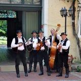 Banda di Tamburica in costumi tradizionali che giocano e che cantano Fotografie Stock