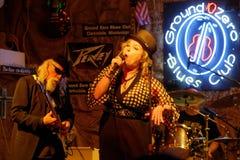 Banda di un cantante della donna e di un chitarrista durante la manifestazione Immagine Stock