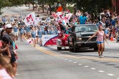 A banda e o Majorette de High School executam na parada dos veteranos Fotografia de Stock