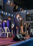 A banda filarmônica da cidade executa o hino do estado de Israel Atikva na fase na frente da municipalidade em honra dos 70 Imagens de Stock Royalty Free