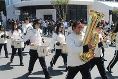 Banda filarmônica que marcha ao longo da rua foto de stock royalty free