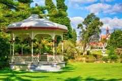 Banda histórica de la Rotonda delante del museo de Rotorua, Nueva Zelanda imagen de archivo libre de regalías